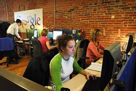 Nhân viên làm việc trong một văn phòng của Google.